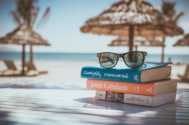 リゾートビーチ本とメガネ