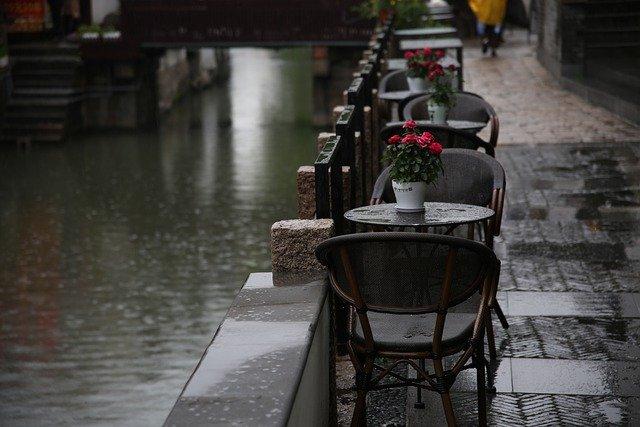 雨降りのカフェ