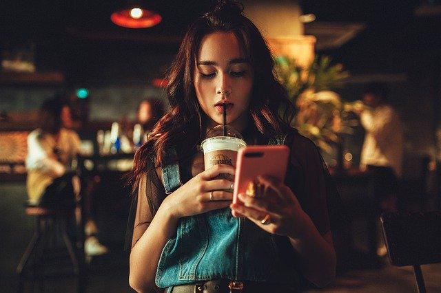 アイスコーヒー女性