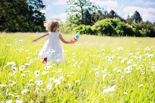 little-girl-running-795505_640