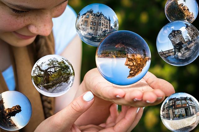 glass-sphere-1767291_640